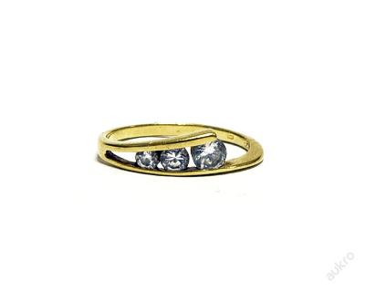 Zlatý dámský prsten se třemi zirkony AUBAZAR0072