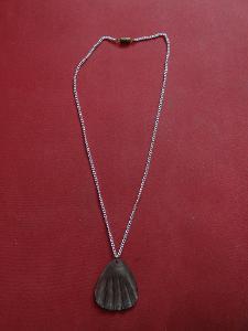 Větší perleťová ozdoba mušlovitého tvaru+řetízek