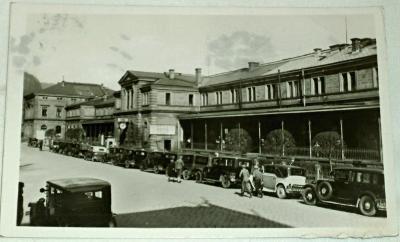Děčín - Nádraží  stará auta před nádražím  1950