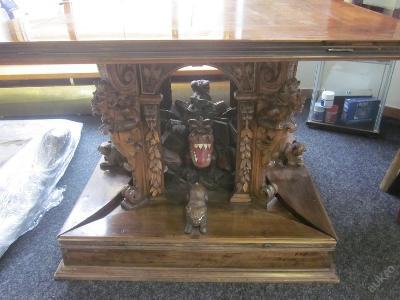Vyřezávaný stůl s draky, ďábly, medvědy a žábou.