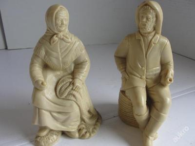 Socha 2ks sedící rybář, námořník se ženou