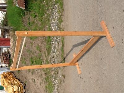 dřevěný stojan na ramínka