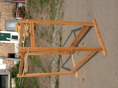 dřevěný stojan na ramínka dvojitý