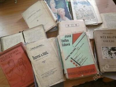 Sada starých knih z časopisů