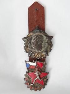 2x odznak na závěsníku