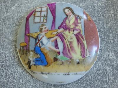 Porcelánové víčko z korbelu-ručně malovaná drobátko lechtivá scenérie,