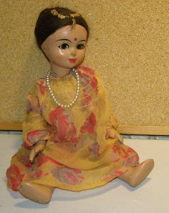 Starožitná panenka s perlami