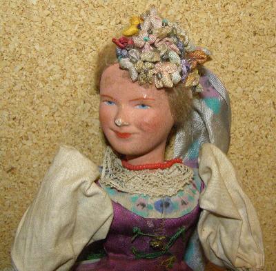 Starožitná panenka s copem a  čepečkem s perličkami