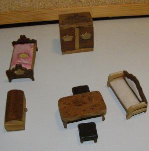 Starý miniaturní nábytek