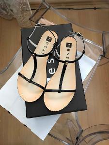 Černé lakované sandálky