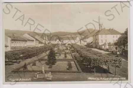 Kdyně - náměstí, v popředí kašna, upravená zeleň