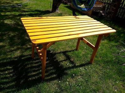 Velký zahradní dřevěný stůl