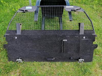 Bezpečnostní přepážka zavazadlového prostoru.