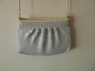 Společenská kabelka z stříbř. plíšků,přes rameno