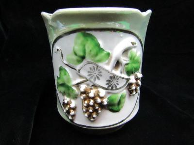 Starožitný porcelánový hrnek s révou