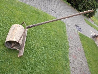 Zemědělské práce velmi starý ruční válec na půdu kov dřevo na chalupu