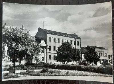 Plzeň-jih Spálené Poříčí Náměstí Svobody škola Pomník