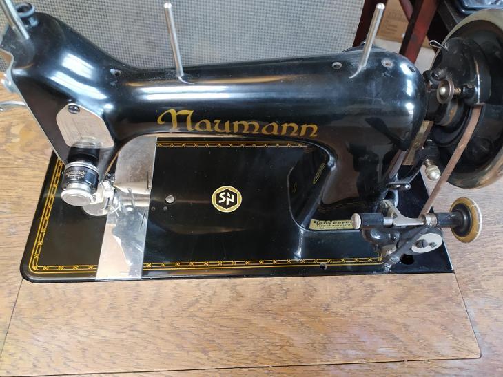 Historický šicí stroj Naumann  - Starožitnosti