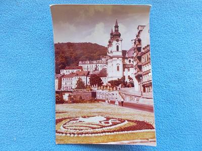 Karlovy Vary reál barevné foto Znak erb města vysázený z květin