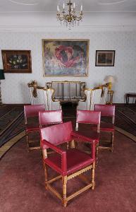 Starožitný komplet 4 židlí a křesílka. Neorenesance
