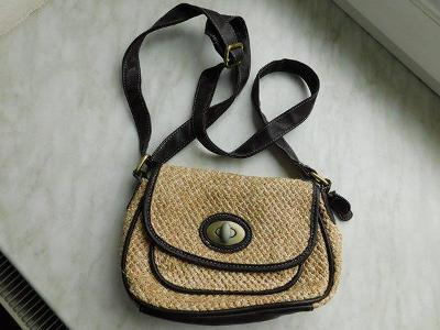 Pěkná malá béžová  kabelka z přír.materiálu - i crossbody