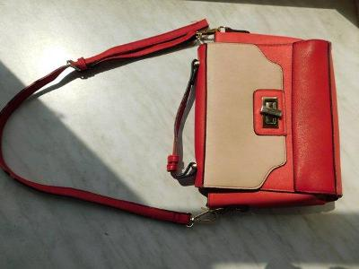 Malá červeno béžová kabelka s otočným zámečkem