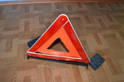 Výstražný trojúhelník, starší, ale plně funkční