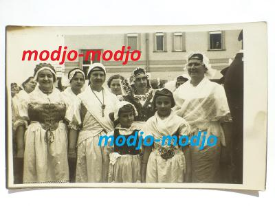 Praha - Hostivař - lidé - kroje - slavnost otevření Švehlova sadu 1936