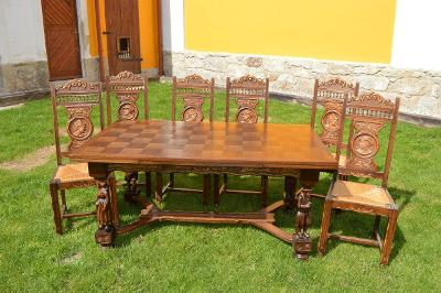 Rozkládací krásný velký dubový stůl a 6 židlí s řezbou- figurky
