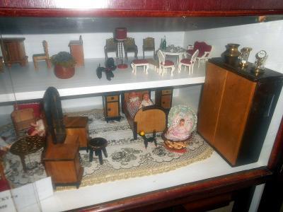bydlení pro panenky - několik pokojíčků v domečku