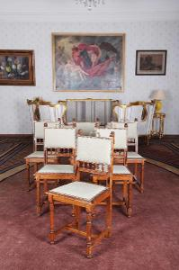 Starožitný komplet židlí se lvy