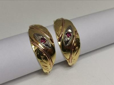 Zlaté naušnice s červeným kamínkem