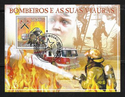 Guinea Bissau - hasičská auta, hasiči v akci