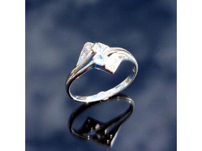 Zlatý prstýnek býlé zlato s kamínky v57,5