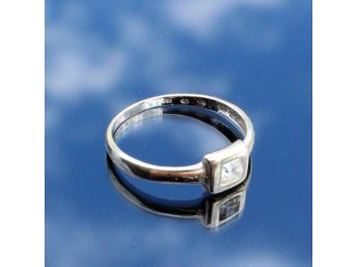 Zlatý prstýnek s kaminkem bílé zlato v51,5
