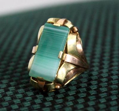 Zlatý prsten se zeleným kamenem v53