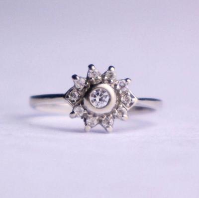 Zlatý prsten s zirkony bílé zlato