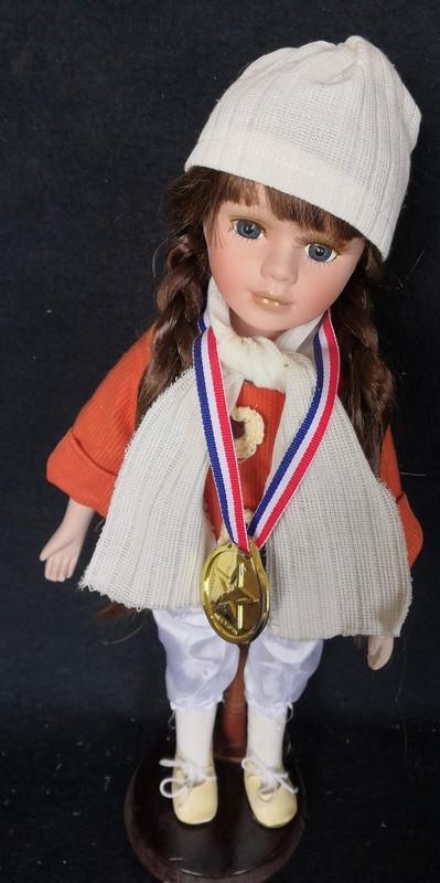 Krásná, porcelánová panenka na stojanu...(11956)