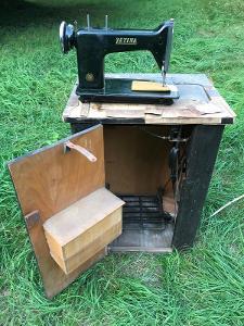 Historický šicí stroj Zetina vč. manuálu