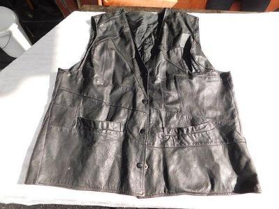 Pěkná černá dámská kožená vesta, 124 cm přes prsa