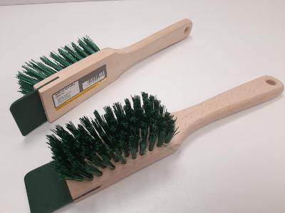 Speciální kartáč pro čištění sekačky na trávu