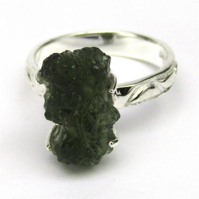 Stříbrný prsten s přírodním vltavínem o váze 8 karátů