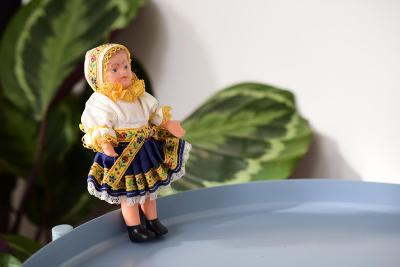 Retro panenka v kroji