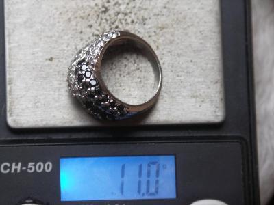 Starý stříbrný prsten s kamínky.