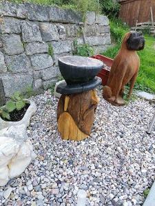 dřevěný skřet vyřezávaný motorovou pilou