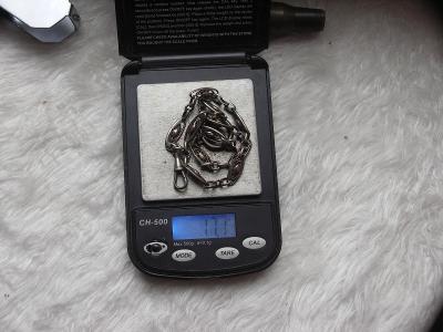 Stříbrný řetěz na kapesní hodinky.