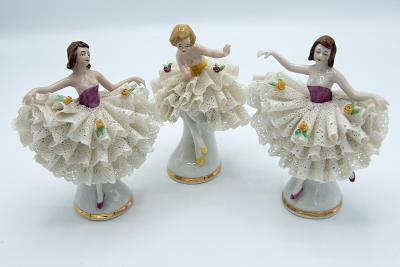 Krásné tři porcelánové baletky s krajkovou sukní, značeno