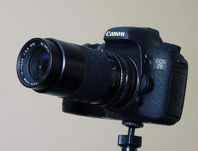 Výstavní Canon 7D s  teleobjektivem a bohatým příslušenstvím