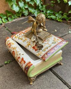 Velká porcelánová dóza - bronzový anděl sedící na knize