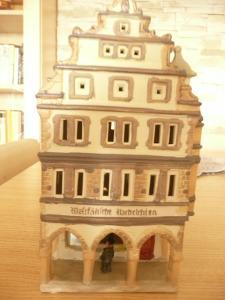 Německý dům - porcelán/keramika? (na LED svíčku, vkládá se zespodu)